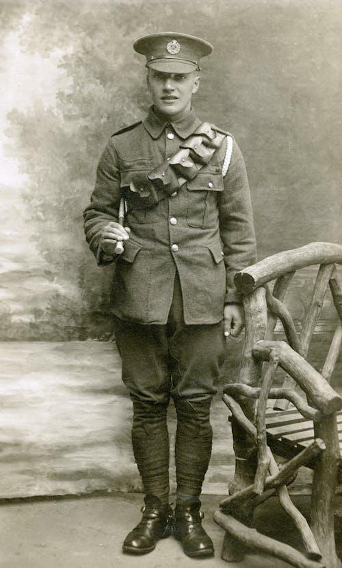 Darmowe zdjęcie z galerii z mężczyzna, militarny, mundur wojskowy, nosić