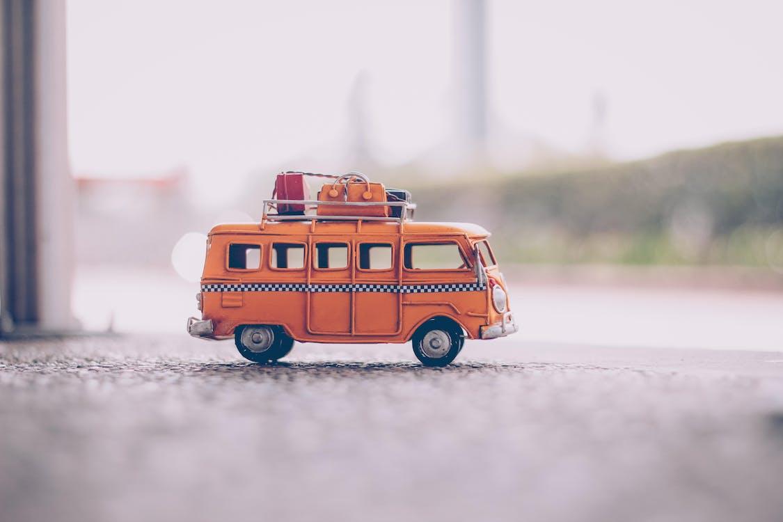 舗装上のオレンジヴァンダイキャストモデル