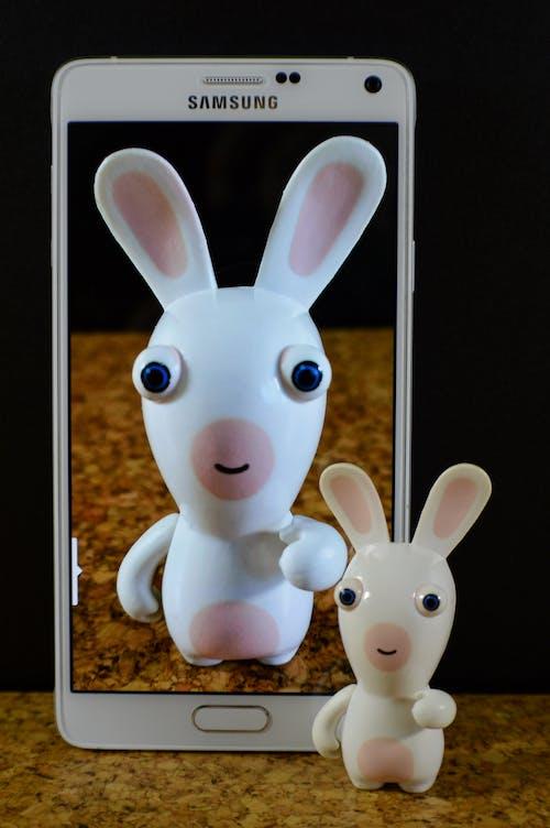 Základová fotografie zdarma na téma chytrý telefon, fotka, hračka, králíček