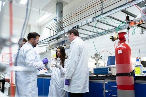 Immagine gratuita di camice da laboratorio, chimica, discutendo, donna