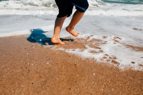 Бесплатное стоковое фото с веселье, море, морской берег, ноги