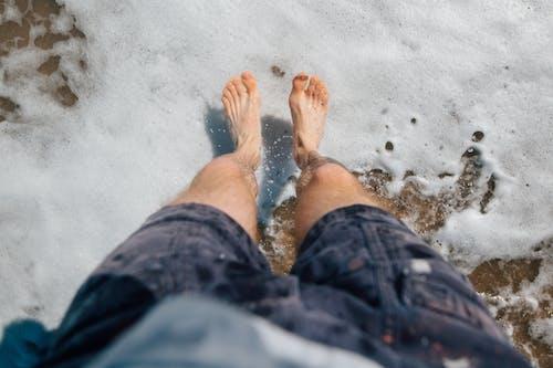 Homem Da Colheita Pulando Na Areia Molhada Do Mar Agitado