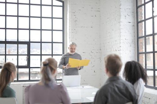 Gratis arkivbilde med ansatt, ansatte, arbeidsområde, arbeidsplass