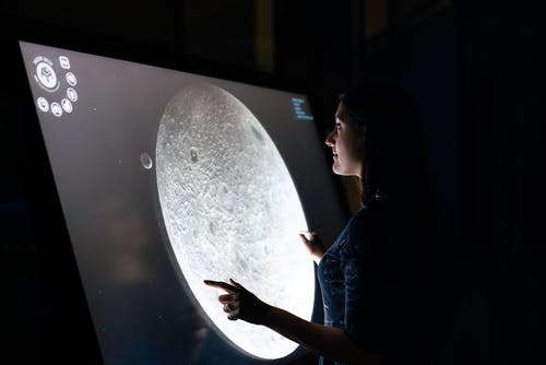Kobieta Studiuje Powierzchnię Księżyca