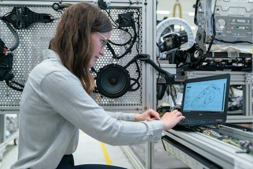 Foto profissional grátis de aparelhos, caixas de som, computador portátil, Engenharia