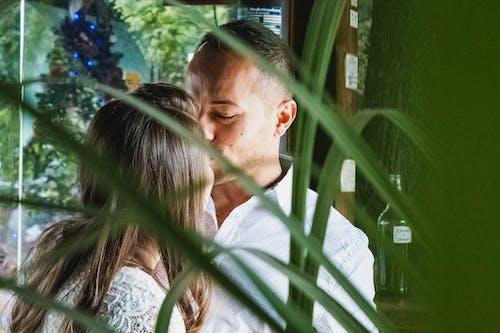 Δωρεάν στοκ φωτογραφιών με αγάπη, άνδρας, ασπασμός, γυναίκα