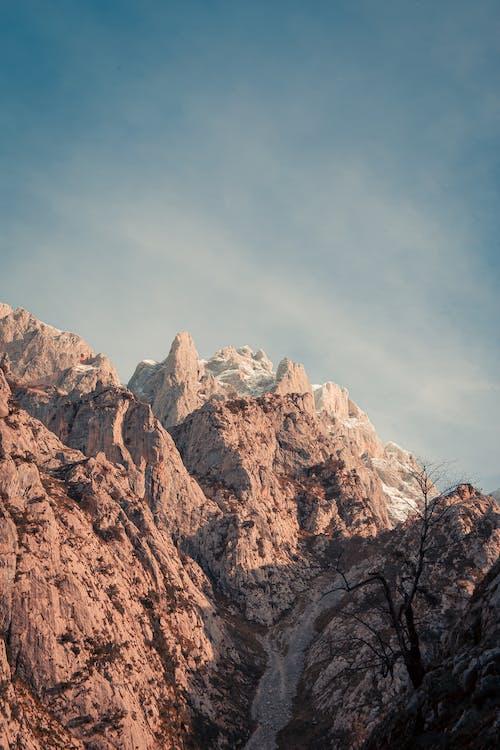 青い空の下のロッキー山脈