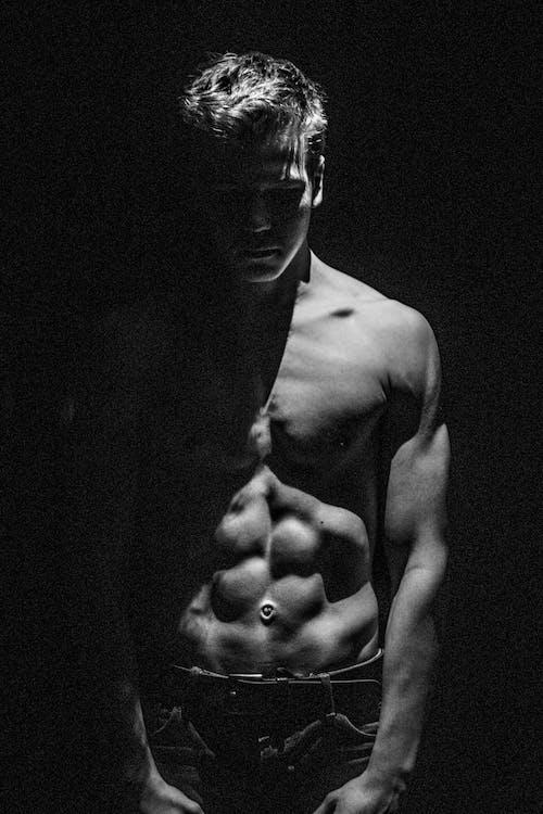 Δωρεάν στοκ φωτογραφιών με άνδρας, γυμνός από τη μέση, κλίμακα του γκρι, λειτουργία πορτρέτου
