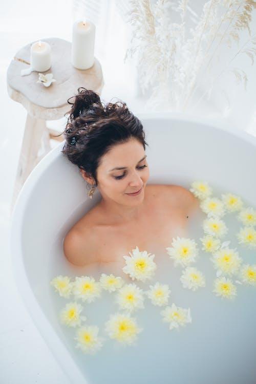 Základová fotografie zdarma na téma koupel, krásná holka, květiny, lázně