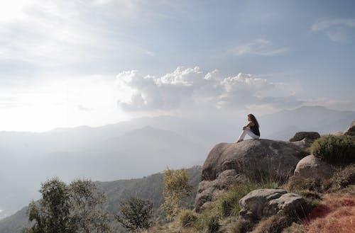 Безкоштовне стокове фото на тему «жінка, камені, мальовничий, надворі»