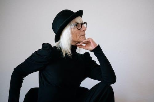 Immagine gratuita di anziano, capelli grigi, cappello nero, donna