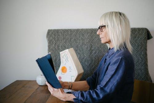 Gratis stockfoto met blond haar, blonde haren, blondine, boek