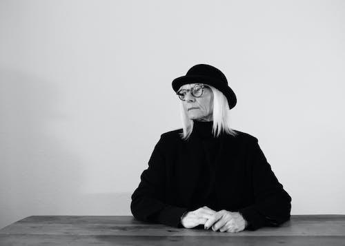 Foto stok gratis duduk, ekspresi muka, grayscale, kaum wanita