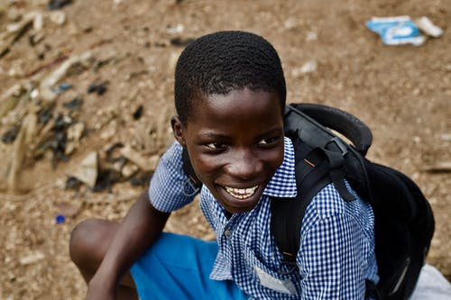 Fotobanka sbezplatnými fotkami na tému africký chlapec, batoh, chlapec, chlapec tmavej pleti
