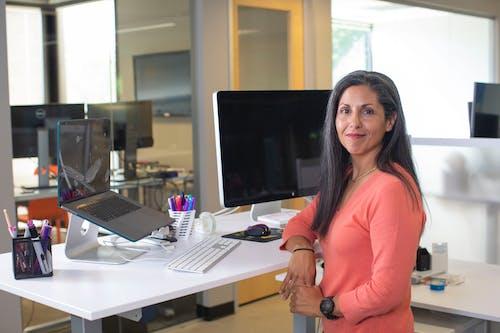 Kostnadsfri bild av ansiktsuttryck, anställd, bord, dator