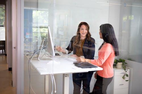 2 Mulheres Sentadas à Mesa