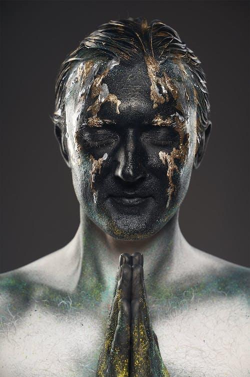 Homme Anonyme Avec Visage Peint Et Mains En Geste De Prière