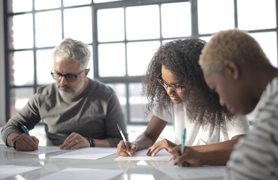 Darmowe zdjęcie z galerii z afroamerykanin, arkusz, biurko