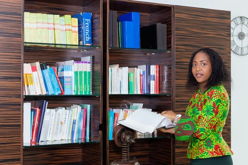 Gratis stockfoto met Afrikaans, bedrijf, bibliotheek, binnen