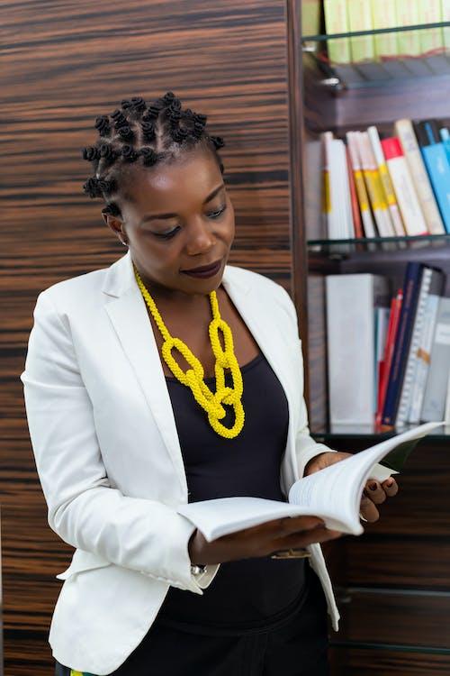 Vrouw In Witte Blazer Leesboek