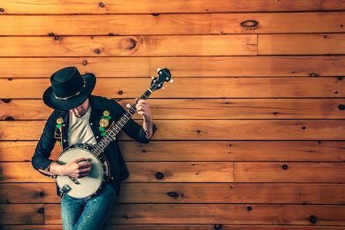 Fotos de stock gratuitas de hombre, instrumento de cuerda, instrumento musical, jugador de banjo