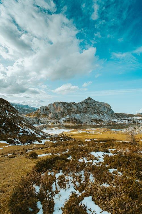 Photo Des Montagnes Rocheuses Sous Un Ciel Nuageux