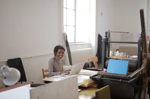 Kostenloses Stock Foto zu arbeit, arbeiten, arbeitsplatz
