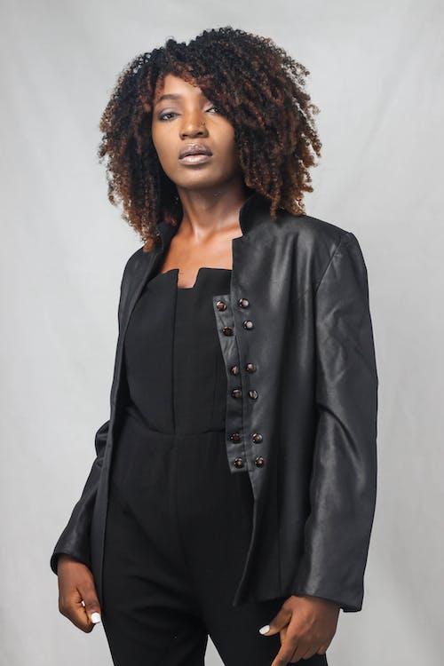 Základová fotografie zdarma na téma africký, afroameričanka, černá kožená bunda