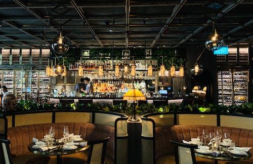 Interior De Restaurante Moderno Com Mesas Redondas E Sofás Confortáveis