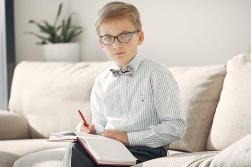 Foto profissional grátis de aluno, aprendiz, caneta