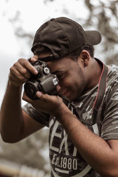 男子拍照的照片