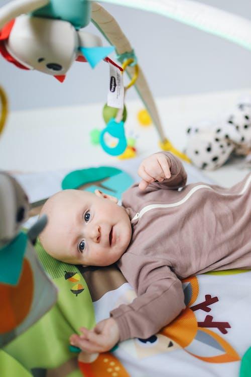 Foto profissional grátis de bebê, bonitinho, cama, criança
