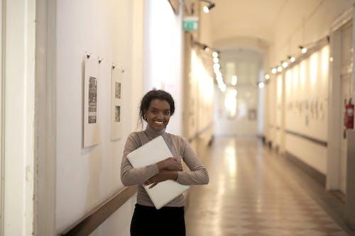 Foto stok gratis Amerika Afrika, aula, belum tua, berambut cokelat