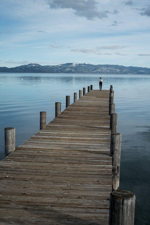 Persona Solitaria En El Muelle En El Lago De Montaña