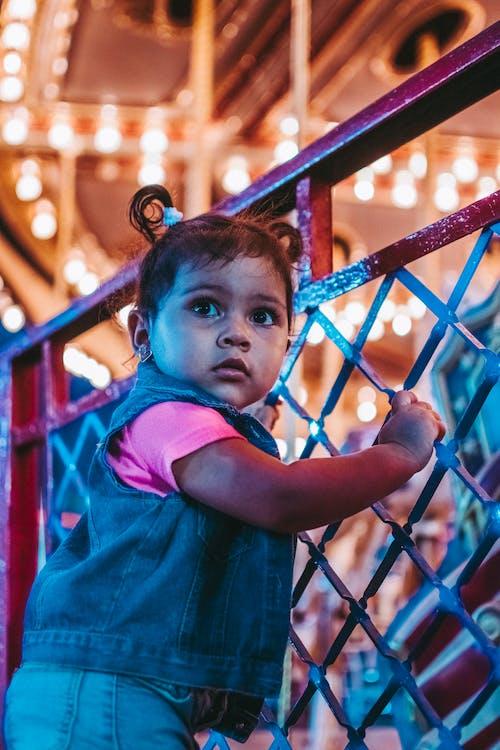 Ảnh lưu trữ miễn phí về bé gái, công viên thành phố, đèn nền, đứa bé