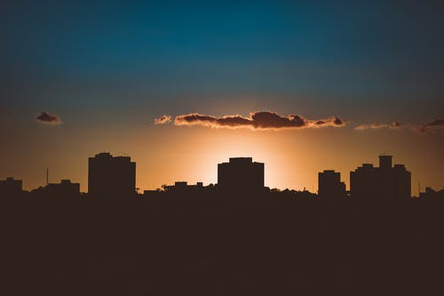Silhueta De Edifícios Da Cidade Durante O Pôr Do Sol