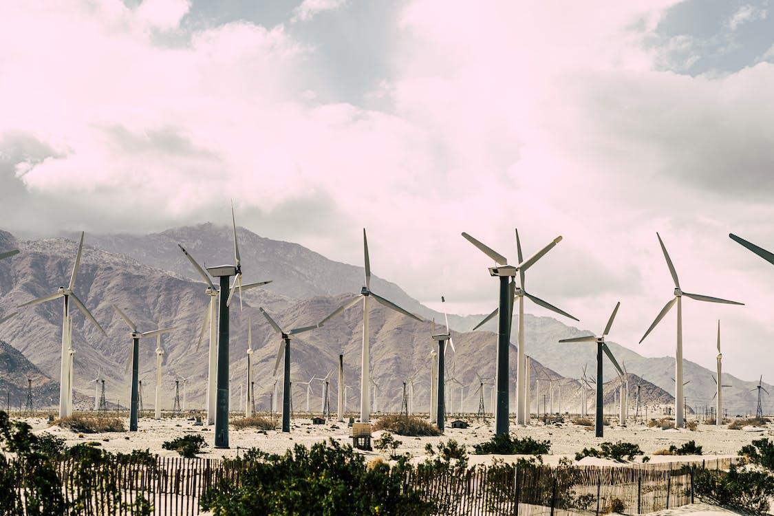 Turbinas De Viento Bajo El Cielo Nublado Blanco