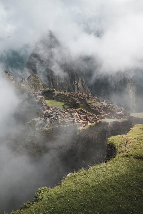 Đồng Cỏ Xanh Gần Núi Nâu