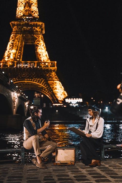 Ludzie Siedzący Na Fontannie Wody W Porze Nocnej