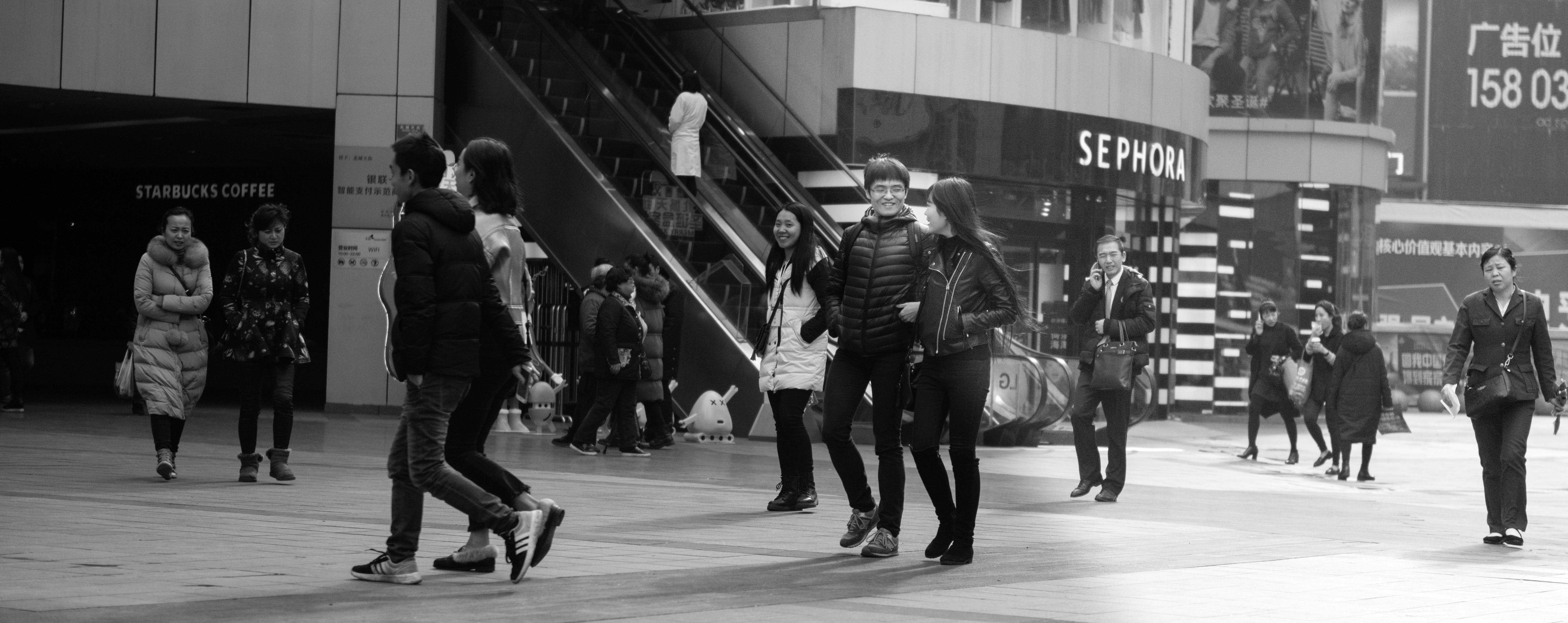 Kostenloses Stock Foto zu stadt, menschen, lächeln, schwarz und weiß