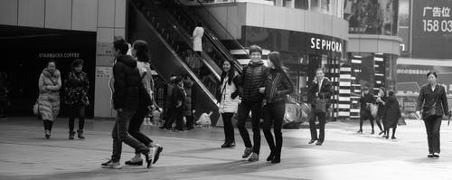 Fotobanka sbezplatnými fotkami na tému čierna a biela, ľudia, mesto, úsmev