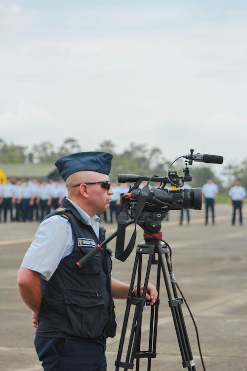 Darmowe zdjęcie z galerii z aparat, armia, człowiek kamery, kamerzysta