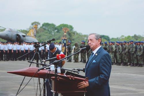 Kutlama Sırasında Ordunun Arkasında Konuşma Yapan Takım Elbiseli Ciddi General