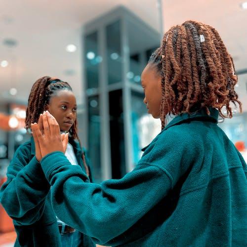Ilmainen kuvapankkikuva tunnisteilla afroamerikkalaiset naiset, dreadlockit, heijastus