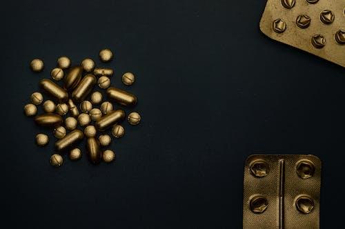 黑色表面上的棕色圆形珠子