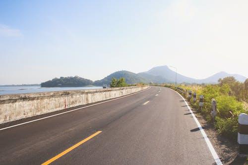 Kostenloses Stock Foto zu asphalt, außerorts, autobahn, bäume