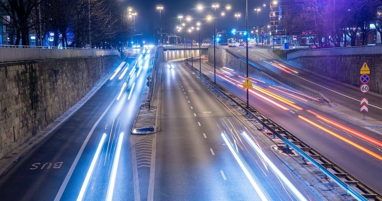 Zeitrafferfotografie Von Fahrzeugen Während Der Nacht