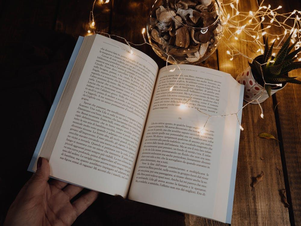 Hand Mit Einem Offenen Buch