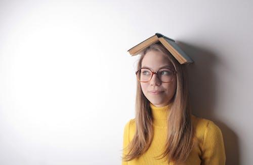Δωρεάν στοκ φωτογραφιών με άνθρωπος, βιβλίο, γνώση, γυαλιά οράσεως