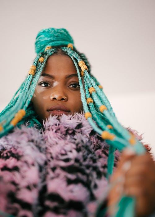 Základová fotografie zdarma na téma afroameričanka, černoška, kožich, krásný